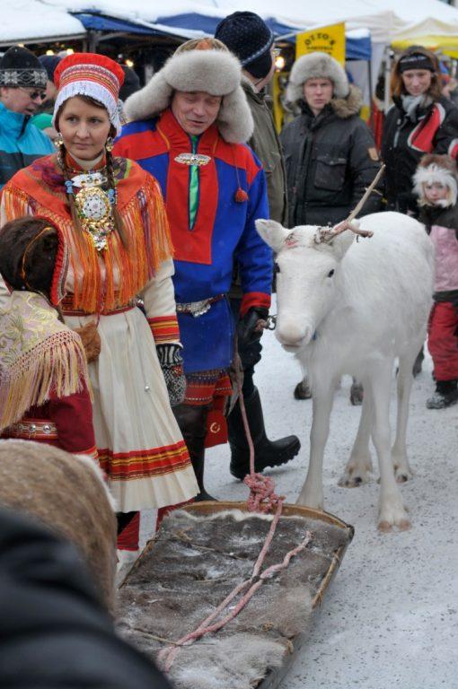 Man och kvinna på Jokkmokks marknad iklädda samisk folkdräkt