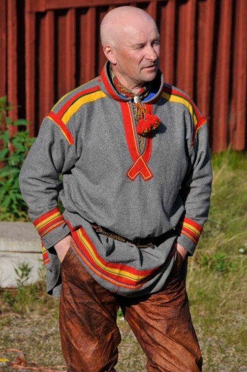 Man iklädd samisk kolt