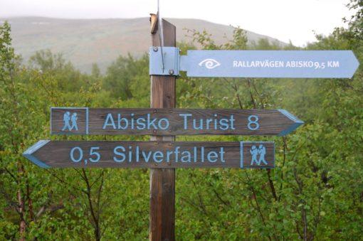 Vägskylt som visar väg till Abisko och Silverfallet